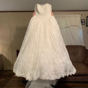 Vera Wang lace wedding dress
